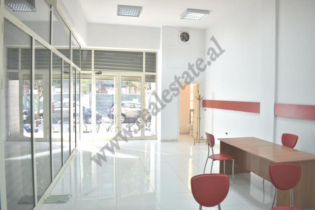 Jepet ambient per zyra me qira ne rrugen e Bogdaneve ne Tirane. Dyqani ndodhet ne katin perdhe te n