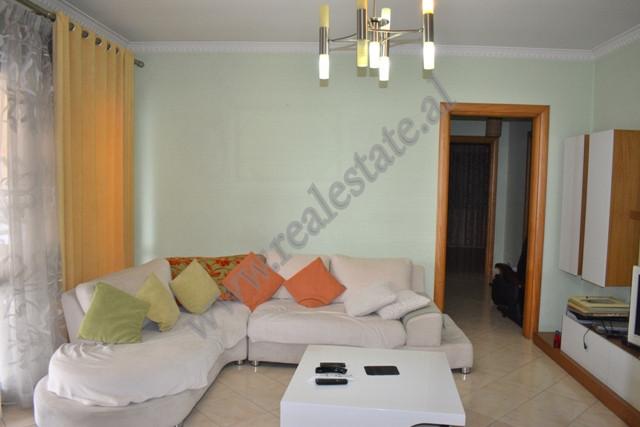 Apartament 3+1 me qira prane sheshit Karl Topia ne Tirane. Apartamenti ndodhet ne katin e dymbedhje
