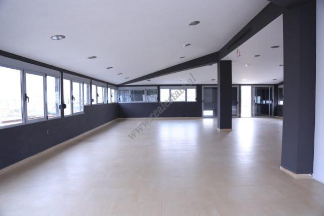 Ambient per zyra per qira ne rrugen Todi Shkurti ne Tirane.  Zyra ndodhet ne katin e shtate dhe te