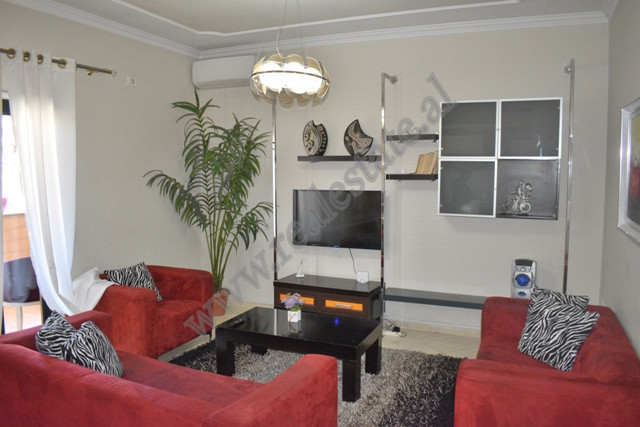 Apartament 2+1 me qera ne rrugen e Barrikadave ne Tirane Pozicionohet ne katin e trete te nje