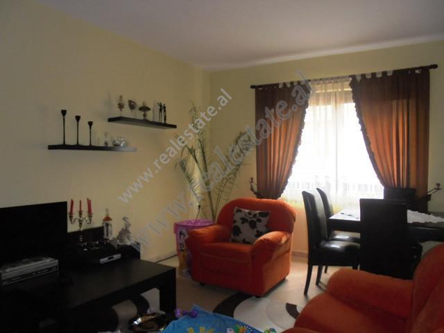 Apartament 2+1 ne shitje ne bulevardin Bajram Curri ne Tirane.  Lokalizohet ne nje zone te qete dh