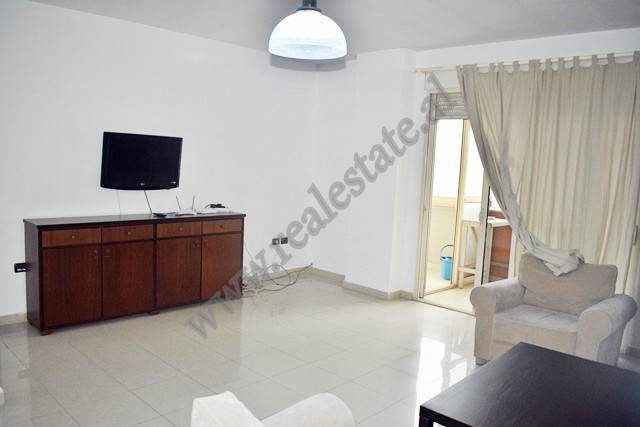 Apartament 2+1 me qira prane rruges se Durresit ne Tirane. Shtepia ndodhet ne katin e trete te nje