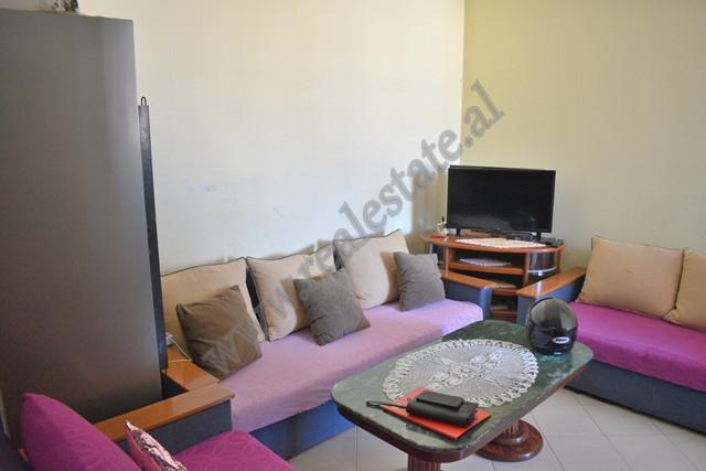 Apartament 3+1 me qira ne rrugen Dritan Hoxha ne Tirane.  Ndodhet ne katin e 4 te nje pallati te r