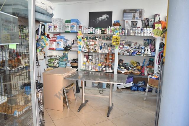 Dyqan per shitje ne rrugen Mujo Ulqinaku ne Tirane. Dyqani ndodhet ne katin e pare te nje pallati t