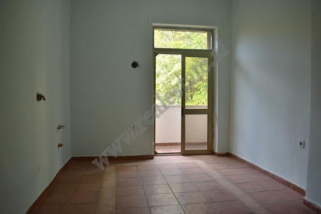Apartament per zyre me qira ne rrugen Mihal Popi , ne Tirane. Zyra ndodhet ne katin e dyte te nje p