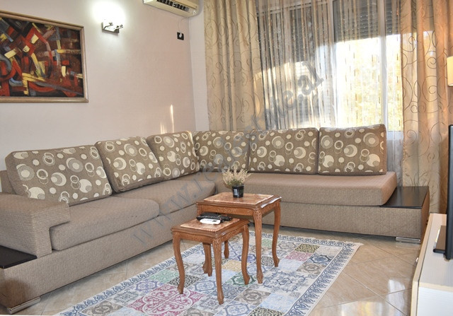 Apartament me qira ne rrugen Skenderbejne Tirane. Apartamenti ndodhet ne katin e IV te nje pa