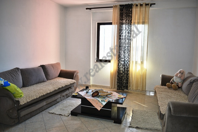 Apartament ne shitje ne rrugen Hysen Xhura , ne Kompleksin e pallateve Xhura ne Tirane Shtepi