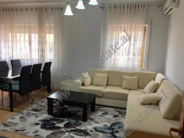 Apartament 2+1 me qera ne rrugen Him Kolli ne Tirane. Ndodhet ne katin e 4-te te nje pallati te ri