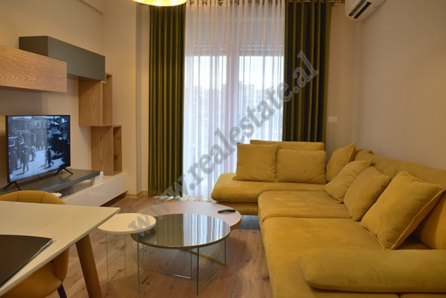 One bedroom apartment for rent in Foleja e Gjelber Complex in Tirana. It is situated on the third f