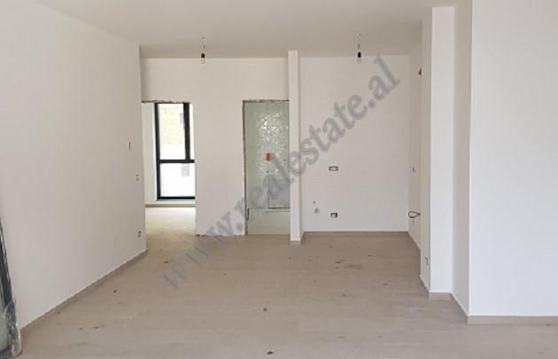 Apartament per shitje prane Gjykates se Apelit ne Tirane. Pozicionohet ne katin e trete te nje pall