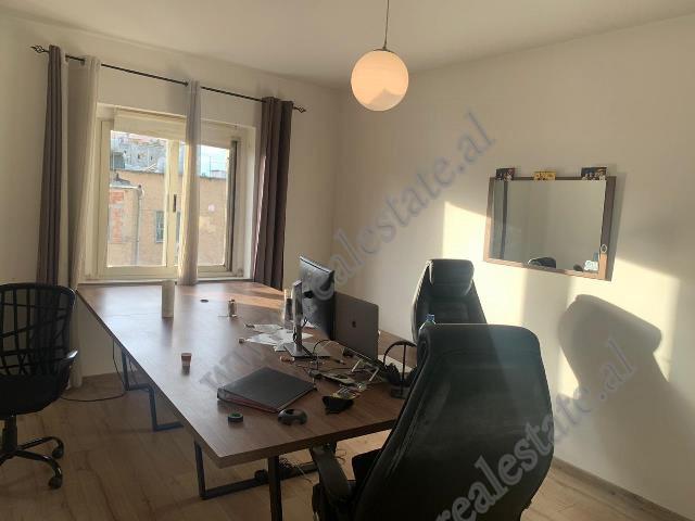 Apartament per zyra me qira ne rrugen Vaso Pasho ne Tirane. Ambient ndodhet ne katin e peste, jo te