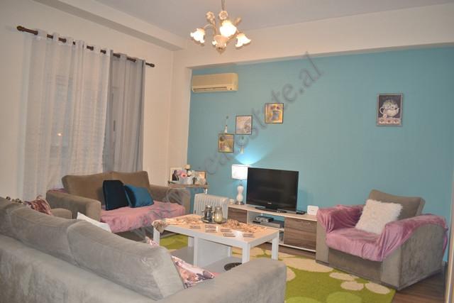 Apartament 1+1 me qira ne rrugen Mujo Ulqinaku ne Tirane. Apartamenti ndodhet ne katin e dyte te nj