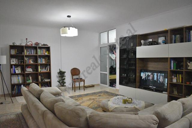 Apartament 2+1 per shitje ne rrugen Muzaket ne Tirane. Apartamenti ndodhet ne katin e dyte te nje p