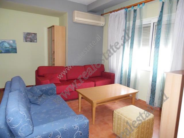 Apartament 2+1 per qera prane gjimnazit e gjuheve te huaja Asim Vokshi ne Tirane.  Apartamenti ndo