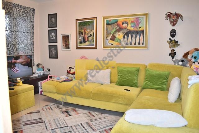 Apartament 2+1 per shitje ne rrugen Asim Vokshine Tirane. Hyrja eshte pjese e nje pallati te