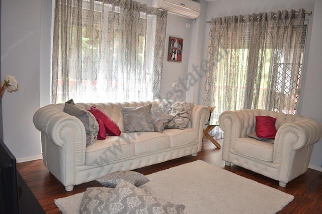 Apartament 2+1 me qira prane Liqenit te Thatene Tirane. Hyrja eshte pjese e nje pallati te ri