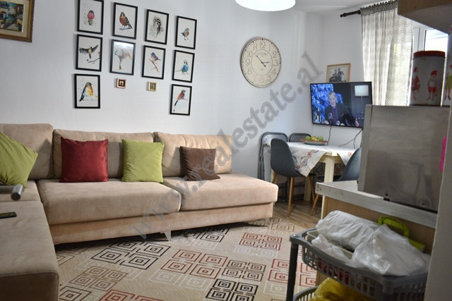 Apartament 2+1 me qira ne rrugen e Kavajes prane kryqezimit te 21 Dhjetorit ne Tirane. Hyrja eshte