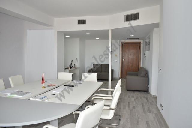 Ambient zyre me qira ne rrugen Abdi Toptani ne qender te Tiranes. Eshte e pozicionuar ne katin e 10
