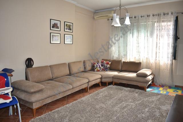 Apartament 1+1 me qira ne rrugen Reshit Petrela ne Tirane. Ndertesa ne te cilen ndodhet hyrja eshte