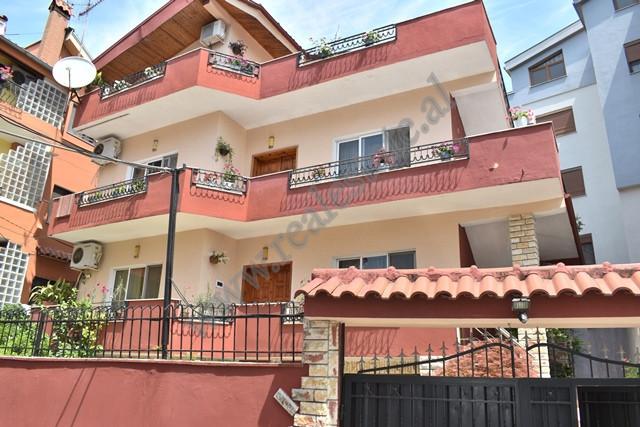 Vile 4-kateshe per shitje ne rrugen Hysen Cino ne Tirane. Shtepia eshte e ndare ne 4 kate, ku siper