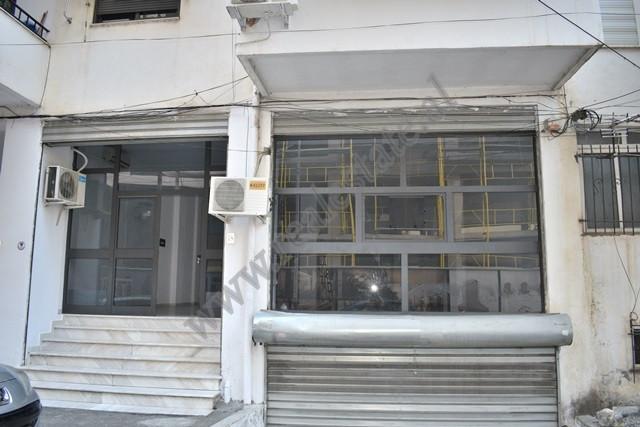 Dyqan me qira ne rrugen Marko Bocari ne Tirane. I ndodhur buze rruge, ambienti pozicionohet ne kati