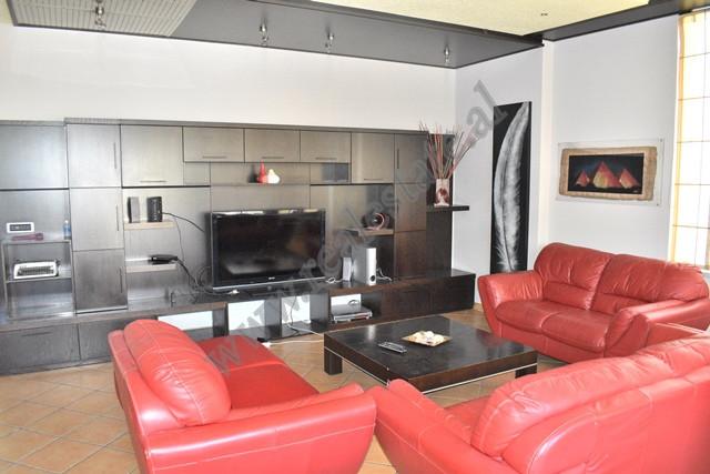 Apartament 2+1 me qira ne rrugen Sami Frasheri ne Tirane. Hyrja pozicionohet ne katin e 7 te nje pa