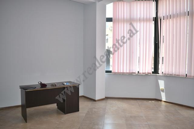 Ambient zyre me qira ne rrugen e Kavajes ne zonen e 21 Dhjetorit ne Tirane. Ndodhet ne nje pallat t