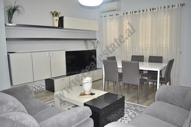 Apartament 2+1 me qira ne rrugen Petro Marko ne Tirane. Shtepia ndodhet ne katin e dyte te nje pall
