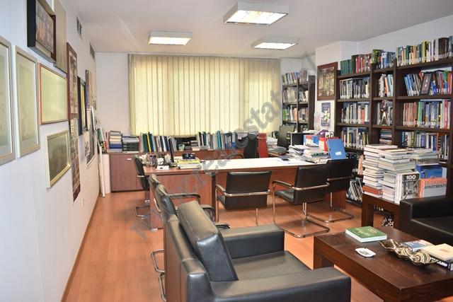 Ambient zyre per shitje prane Librit Universitar ne Tirane. Ndodhet buze rruge dhe eshte i pozicion