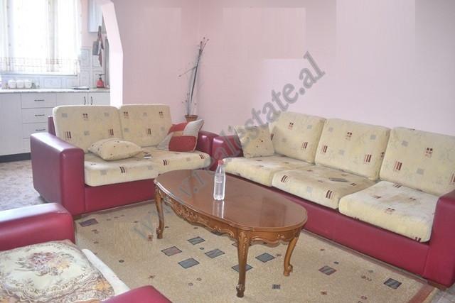 Apartament me qira ne rrugen Siri Kodra ne Tirane. Banesa ndodhet ne katin e katert te nje pallati