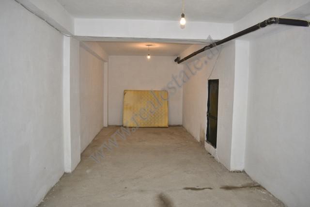 Hapesire garazhdi me qira ne rrugen Shefqet Musaraj ne Tirane. Siperfaqja e ambientit eshte 42 m2 d