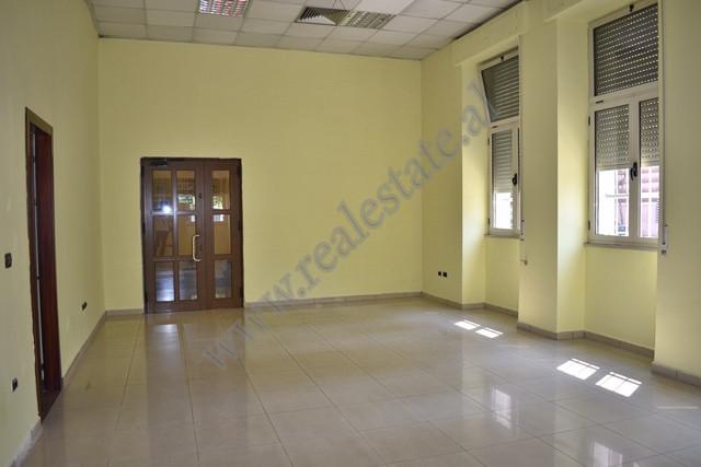 Zyre per qira ne rrugen Donika Kastrioti ne Tirane. Ndodhet ne katin perdhe te nje ndertese 4-kates