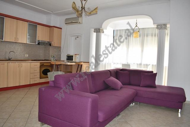 Apartament 2+1 me qera ne rrugen e Kavajes ne Tirane.  Pozicionohet ne katin e 8-te te nje pallati