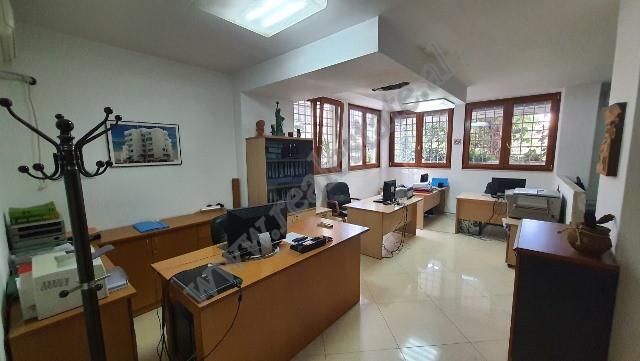 Ambient zyre per shitje prane rruges Faik Konica ne Tirane. Ndodhet ne katin 0 te nje pallati