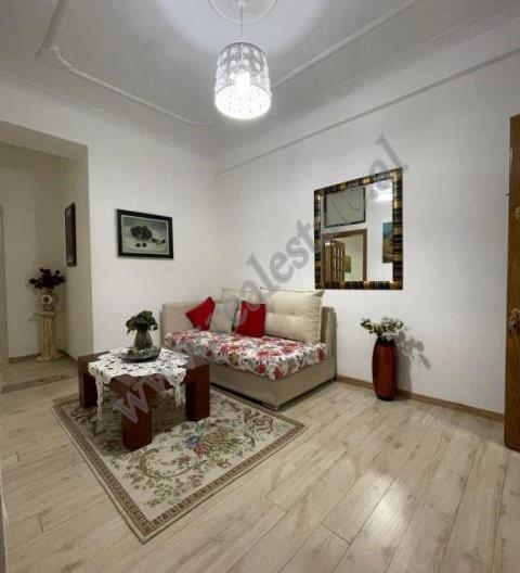 Ambient hostel per shitje ne rrugen Him Kolli ne Tirane. Ndodhet ne katin e trete te nje vile e poz