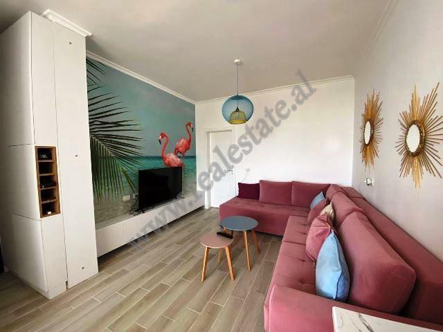 Apartament 1+1 per shitje ne rrugen e Pishave ne Kavaje. Kjo hyrje pozicionohet ne katin e trete te