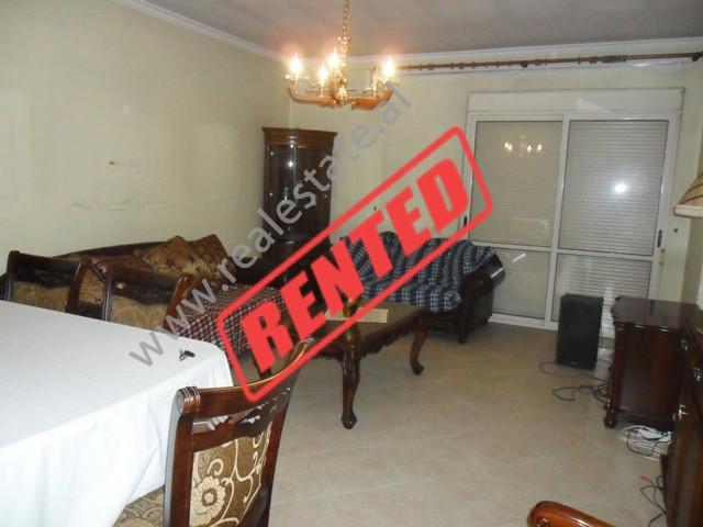 Apartament 2+1 me qera ne rrugen Siri Kodra ne Tirane. Pozicionohet ne katin e V te nje pallati me