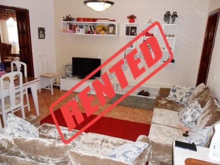 Apartament me qera prane Drejtorise se Policise ne Tirane.  Ai ndodhet ne katin e 4-rt ne nje pall