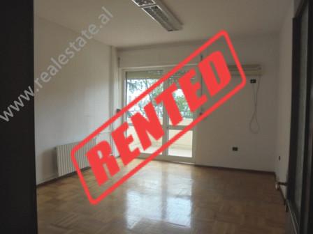 Apartament i pamobiluar per zyre me qera ne rrugen Skenderbeg ne Tirane. Ambjenti ndodhet ne nje ng