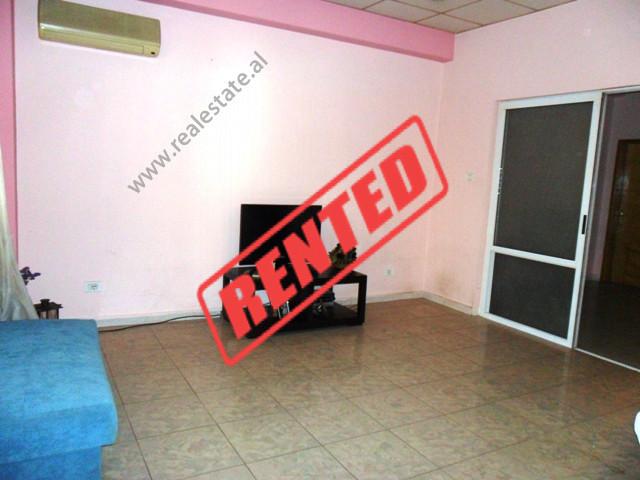 Apartament 2+1 per zyra me qera ne rrugen Mujo Ulqinaku ne Tirane.  Ndodhet ne katin e 2-te ne nje