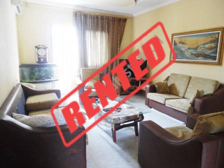 Apartament 3+1 me qera ne rrugen Shefqet Musaraj  Ndodhet ne katin e 2-te te nje pallati te vjeter