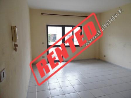 Apartament 3+1 me qera ne rrugen Margarita Tutulani ne Tirane.  Pozicionohet ne katin e 2-te te nj