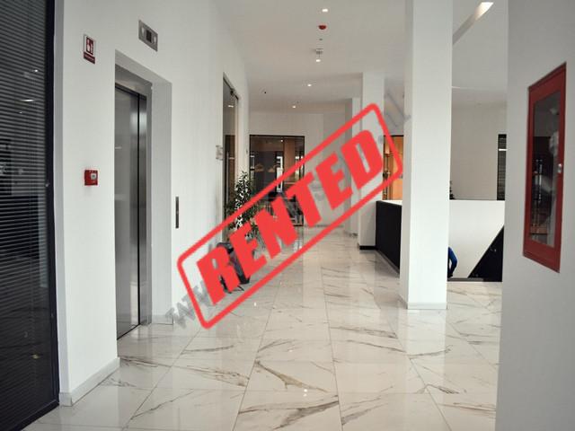 Zyre me qera prane hyrjes se Parkut te Madh ne Tirane. Ndodhet ne katin e 2-te te nje pallati te ri