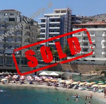 Apartamente ne shitje prane Portit, ne Sarande. Objekti prej 9-kate shtrihet rreth 70 m larg detit,
