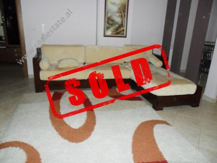 Apartament per shitje ne Bulevardin Bajram Curri ne Tirane.  Apartamenti pozicionohet ne kra