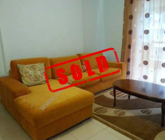 Apartament 1 + 1 per shitje ne rrugen Kolombo ne Tirane.  Shtepia ndodhet ne katin e 3-te te kompl