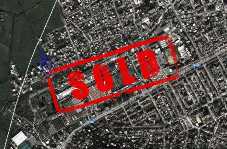 Toke per shitje ne rrugen Enriko Telini.  Toka ndodhet prane rruges kryesore ne zonen e Kombinatit