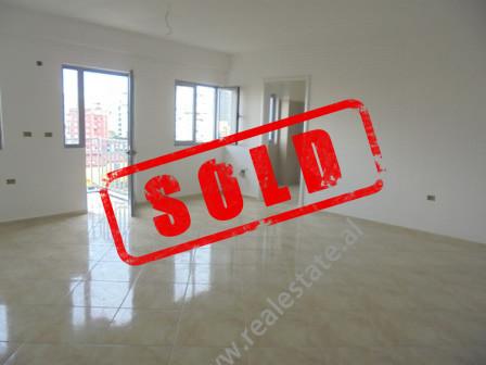 Apartament 1+1 ne shitje ne rrugen Hasan Vogli ne Tirane. Kjo zone eshte ne zhvillim e siper; ndrys
