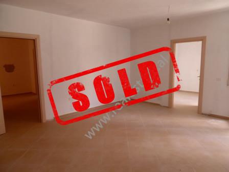 Apartament 2+1 per shitje ne rrugen Hamdi Sina ne Tirane.  Apartamenti ndodhet ne katin e 2-te te