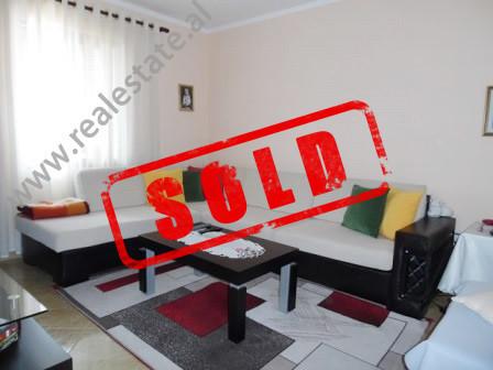 Apartament 2+1 per shitje ne rrugen Siri Kodra ne Tirane.  Ndodhet ne katin e 6-te te nje pallati